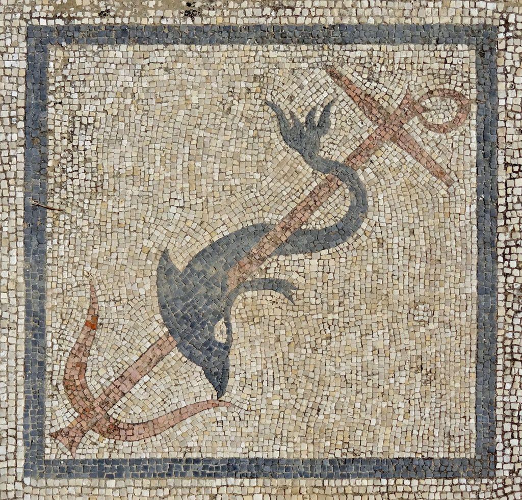 Cette image a un attribut alt vide; le nom du fichier est Dauphin-a-lancre-de-Poseidon-1-1-1024x981.jpg